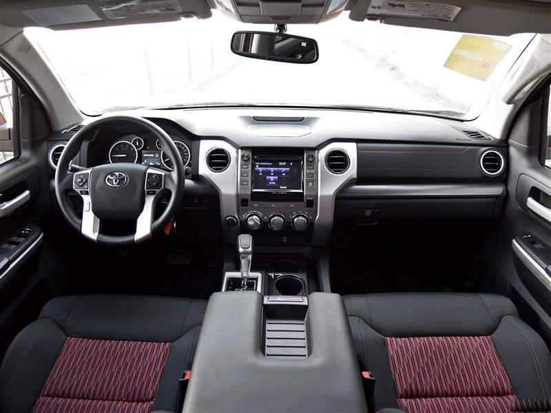内饰:丰田坦途的车内室内色彩的精致搭配,让整个内部空间既充满质感