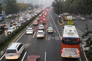 北京小客车指标将减3成 中签率1136人比1