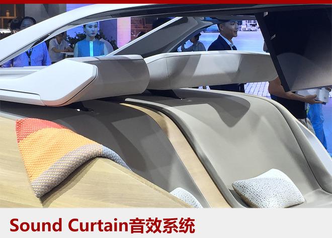 此外,BMW Sound Curtain音效系统可为车内每一位乘客提供专属的豪华听觉体验。通过座椅头枕发射出不同的声音信号,使每个头枕发出的声音仅能被同一坐席上的用户听到。驾驶者和其他乘坐者可以同时分别享受各自喜爱的音乐或节目,不会互相干扰。